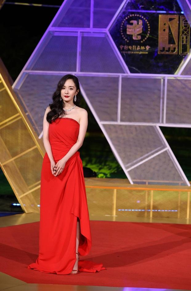 Sự kiện khủng Cbiz hôm nay: Địch Lệ Nhiệt Ba xinh như công chúa, Dương Mịch - Lưu Thi Thi chặt chém thảm đỏ ác liệt - Ảnh 2.