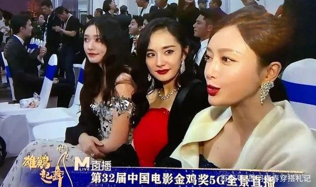 Dương Mịch - Tần Lam ngượng ngùng, bối rối đến mức trợn mắt khi MC lỡ miệng phỏng vấn câu hỏi tế nhị - Ảnh 2.