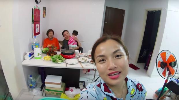 """Mẹ Quỳnh Trần và bé Sa tung vlog ăn uống đầu tiên khi về Việt Nam: toàn món Việt đặc sản, nhưng sốc hơn chính là tốc độ """"đẻ"""" video quá khủng! - Ảnh 4."""