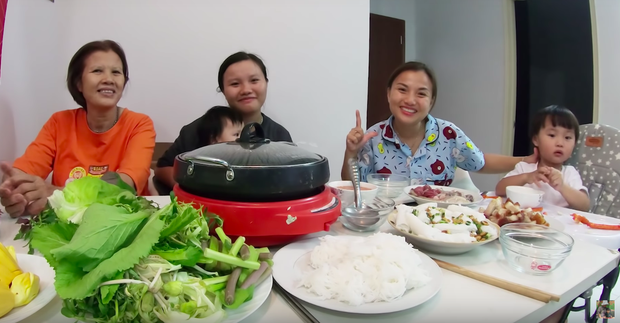 """Mẹ Quỳnh Trần và bé Sa tung vlog ăn uống đầu tiên khi về Việt Nam: toàn món Việt đặc sản, nhưng sốc hơn chính là tốc độ """"đẻ"""" video quá khủng! - Ảnh 7."""