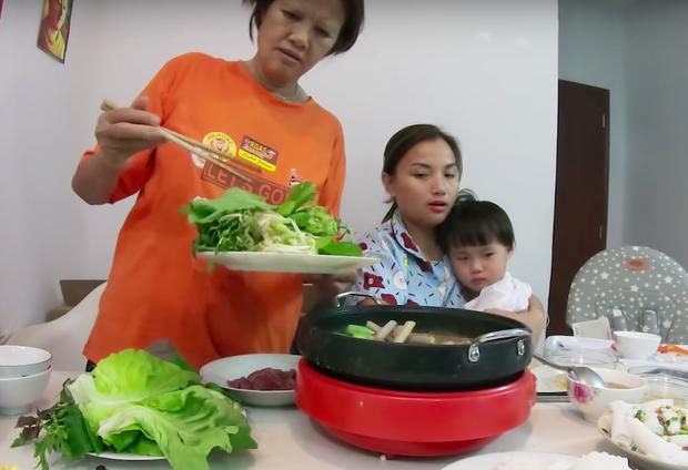 """Mẹ Quỳnh Trần và bé Sa tung vlog ăn uống đầu tiên khi về Việt Nam: toàn món Việt đặc sản, nhưng sốc hơn chính là tốc độ """"đẻ"""" video quá khủng! - Ảnh 8."""