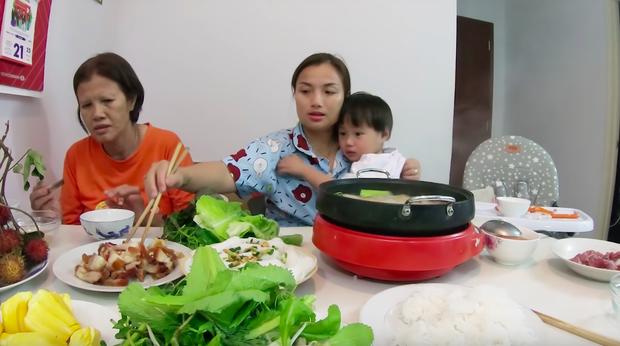 """Mẹ Quỳnh Trần và bé Sa tung vlog ăn uống đầu tiên khi về Việt Nam: toàn món Việt đặc sản, nhưng sốc hơn chính là tốc độ """"đẻ"""" video quá khủng! - Ảnh 9."""
