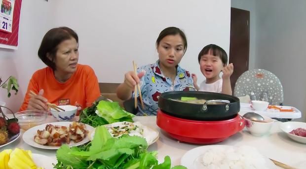 """Mẹ Quỳnh Trần và bé Sa tung vlog ăn uống đầu tiên khi về Việt Nam: toàn món Việt đặc sản, nhưng sốc hơn chính là tốc độ """"đẻ"""" video quá khủng! - Ảnh 10."""