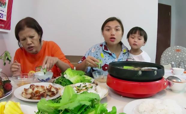 """Mẹ Quỳnh Trần và bé Sa tung vlog ăn uống đầu tiên khi về Việt Nam: toàn món Việt đặc sản, nhưng sốc hơn chính là tốc độ """"đẻ"""" video quá khủng! - Ảnh 12."""