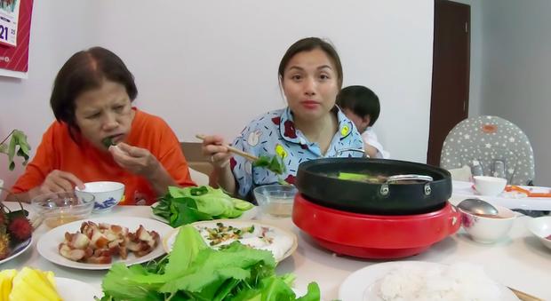"""Mẹ Quỳnh Trần và bé Sa tung vlog ăn uống đầu tiên khi về Việt Nam: toàn món Việt đặc sản, nhưng sốc hơn chính là tốc độ """"đẻ"""" video quá khủng! - Ảnh 13."""