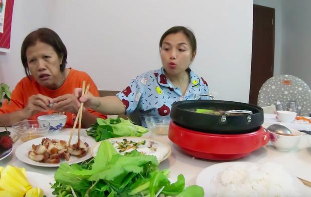 """Mẹ Quỳnh Trần và bé Sa tung vlog ăn uống đầu tiên khi về Việt Nam: toàn món Việt đặc sản, nhưng sốc hơn chính là tốc độ """"đẻ"""" video quá khủng! - Ảnh 17."""
