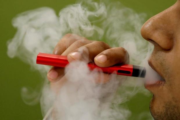 Nhiễm 'phổi bỏng ngô' vì hút thuốc lá điện tử - Ảnh 1.