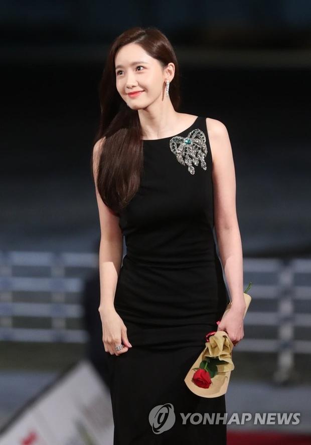 Đạo diễn EXIT đi Rồng Xanh quên luôn tên nam chính, Yoona ngồi cạnh cười muốn nội thương - Ảnh 8.