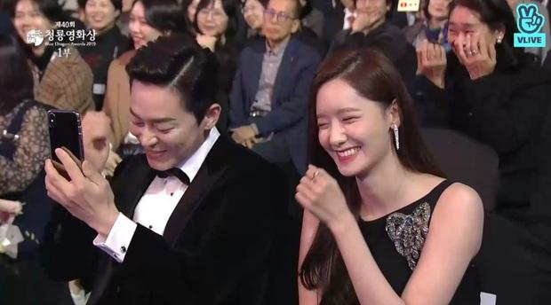 Đạo diễn EXIT đi Rồng Xanh quên luôn tên nam chính, Yoona ngồi cạnh cười muốn nội thương - Ảnh 6.