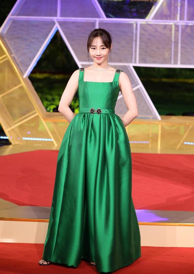 Sự kiện khủng Cbiz hôm nay: Địch Lệ Nhiệt Ba xinh như công chúa, Dương Mịch - Lưu Thi Thi chặt chém thảm đỏ ác liệt - Ảnh 22.