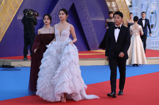Sự kiện khủng Cbiz hôm nay: Địch Lệ Nhiệt Ba xinh như công chúa, Dương Mịch - Lưu Thi Thi chặt chém thảm đỏ ác liệt - Ảnh 23.