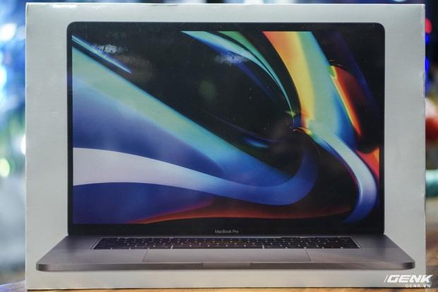 Trên tay MacBook Pro 16: Kích thước gần tương đương Pro 15, viền màn hình mỏng, bàn phím lẫy cắt kéo gõ phê tay hơn - Ảnh 1.