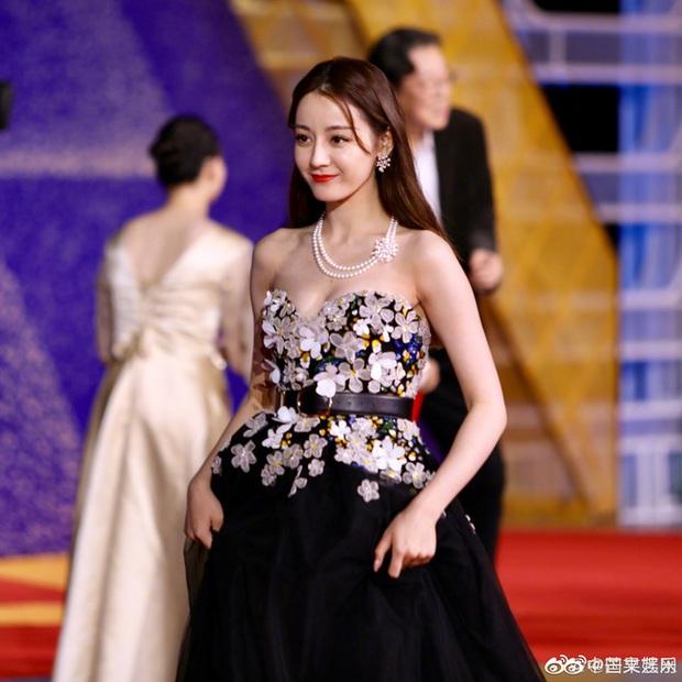 Sự kiện khủng Cbiz hôm nay: Địch Lệ Nhiệt Ba xinh như công chúa, Dương Mịch - Lưu Thi Thi chặt chém thảm đỏ ác liệt - Ảnh 7.