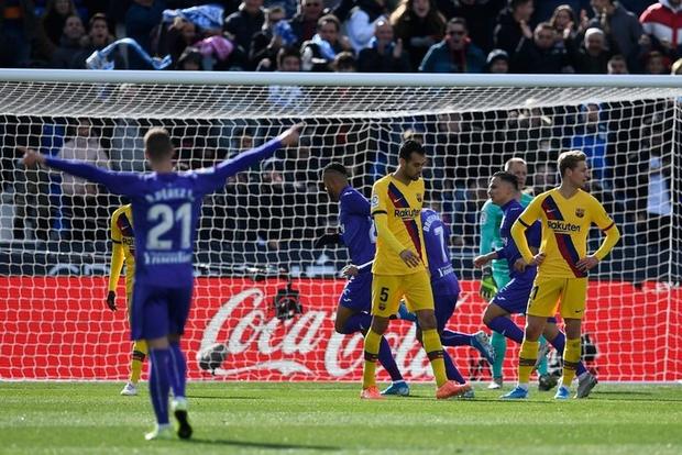 Barcelona và Messi chật vật vượt qua đội cuối bảng nhờ bàn thắng gây tranh cãi - Ảnh 1.