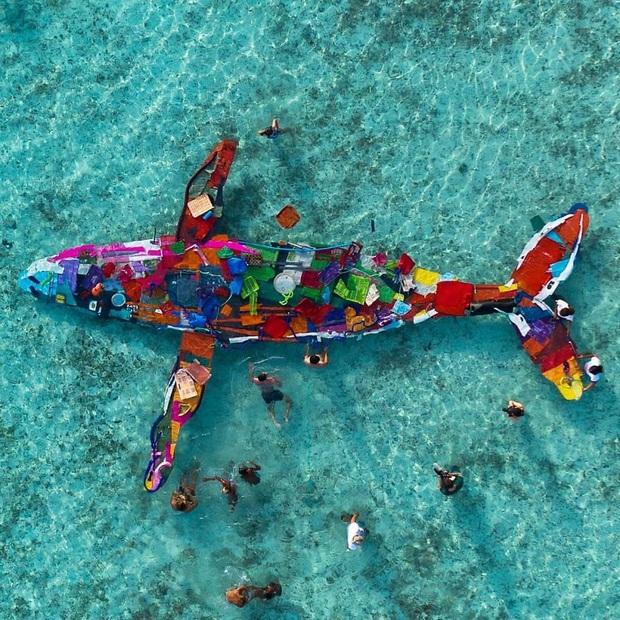 Những tác phẩm nghệ thuật tuyệt mỹ được tạo ra từ rác thải khiến ai xem xong cũng phải trầm trồ và suy ngẫm - Ảnh 14.