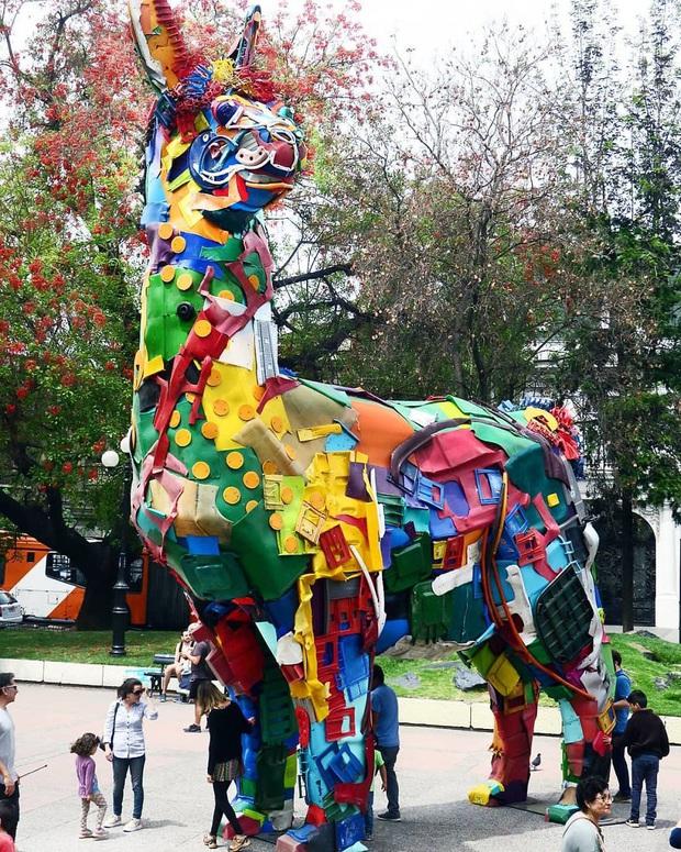 Những tác phẩm nghệ thuật tuyệt mỹ được tạo ra từ rác thải khiến ai xem xong cũng phải trầm trồ và suy ngẫm - Ảnh 16.
