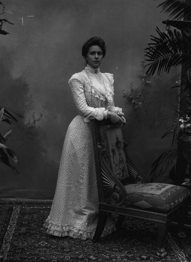 Cuộc đời khác thường của mẹ chồng Nữ hoàng Anh Elizabeth II - Ảnh 3.