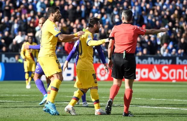 Barcelona và Messi chật vật vượt qua đội cuối bảng nhờ bàn thắng gây tranh cãi - Ảnh 3.