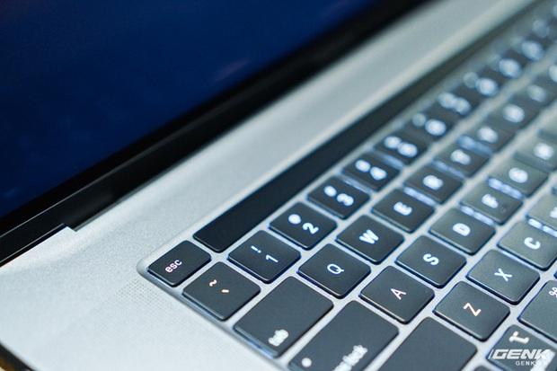 Trên tay MacBook Pro 16: Kích thước gần tương đương Pro 15, viền màn hình mỏng, bàn phím lẫy cắt kéo gõ phê tay hơn - Ảnh 8.