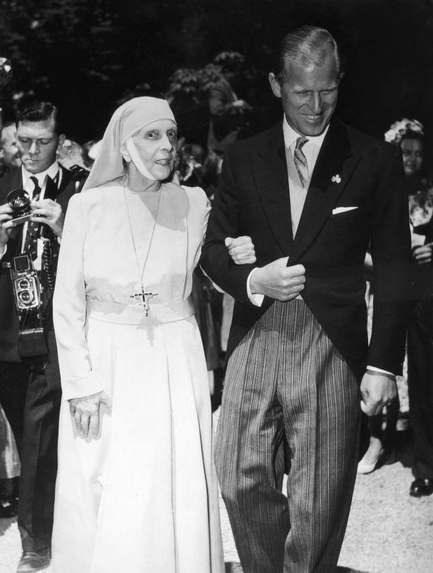 Cuộc đời khác thường của mẹ chồng Nữ hoàng Anh Elizabeth II - Ảnh 4.