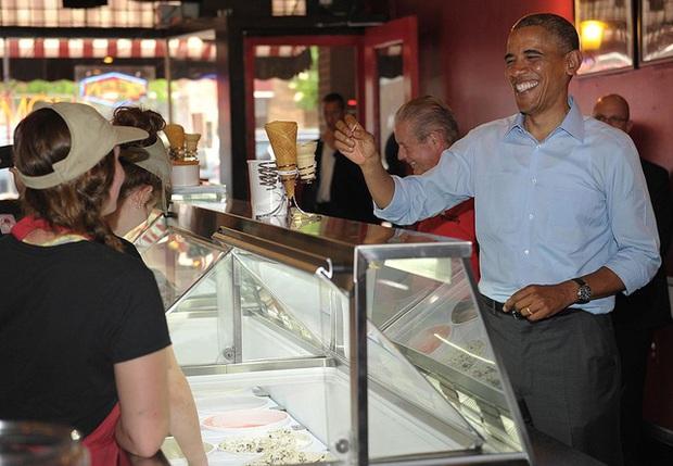 Warren Buffett làm shipper, Barack Obama từng múc kem trước khi trở thành vĩ nhân: Chính việc tay chân sẽ dạy chúng ta kỹ năng quan trọng để thành công! - Ảnh 4.