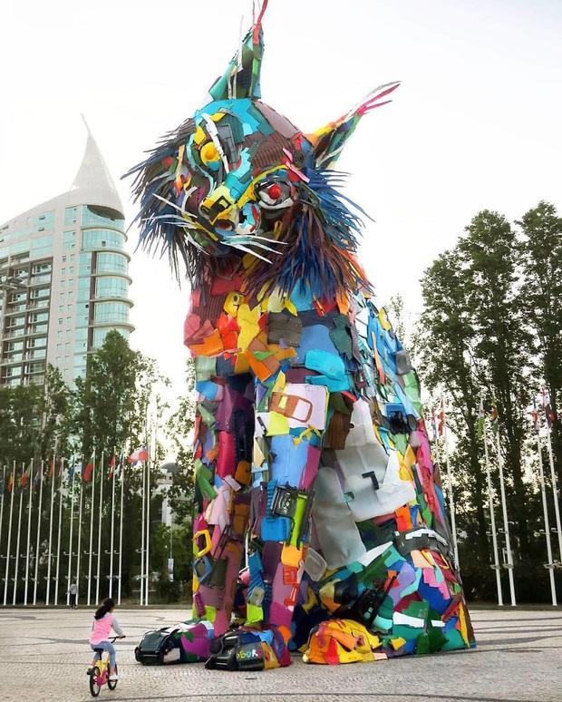 Những tác phẩm nghệ thuật tuyệt mỹ được tạo ra từ rác thải khiến ai xem xong cũng phải trầm trồ và suy ngẫm - Ảnh 10.