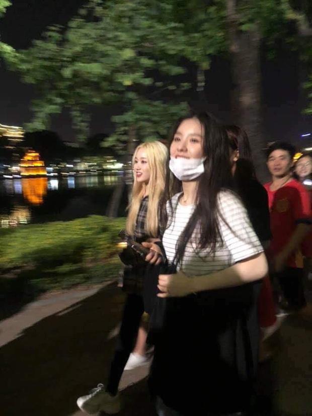 Vừa đến Việt Nam, LOONA và DONGKIZ đã khám phá ngay phố đi bộ Hà Nội, thoải mái đi dạo sau thời gian nghỉ ngơi tại khách sạn - Ảnh 1.