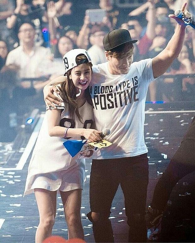Các cặp đôi hot nhất Running Man tình tứ công khai ở fanmeeting: Monday Couple đâu bằng Song Joong Ki - Kwang Soo - Ảnh 13.