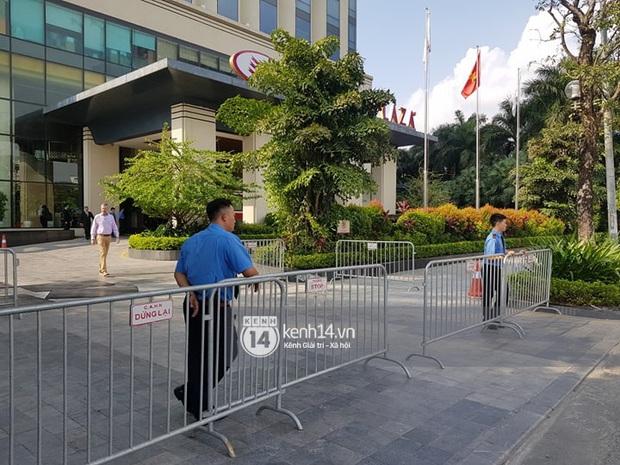 Độc quyền: LOONA và dàn idol được an ninh kèm chặt, 2 khách sạn lập rào chắn cực căng tránh fan náo loạn trước thềm AAA - Ảnh 16.