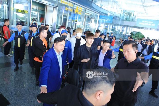Dàn mỹ nhân LOONA xinh như búp bê, Zico kín mít, SNUPER thoáng mệt mỏi giữa biển fan bao vây sân bay Nội Bài - Ảnh 20.