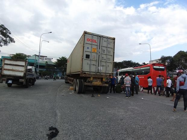 TP.HCM: Vợ tử vong tại chỗ, chồng nguy kịch vì bị xe container cuốn vào gầm sau va chạm - Ảnh 2.
