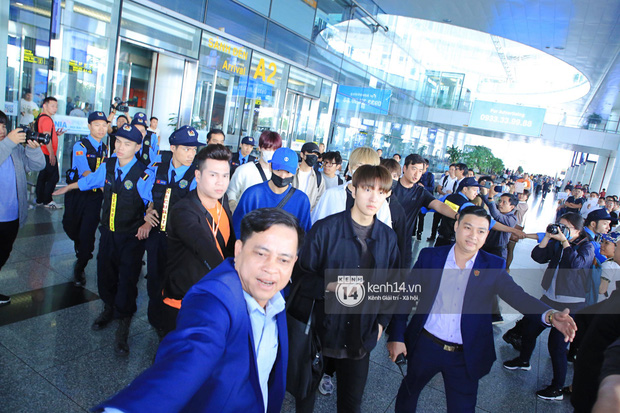 Dàn mỹ nhân LOONA xinh như búp bê, Zico kín mít, SNUPER thoáng mệt mỏi giữa biển fan bao vây sân bay Nội Bài - Ảnh 19.
