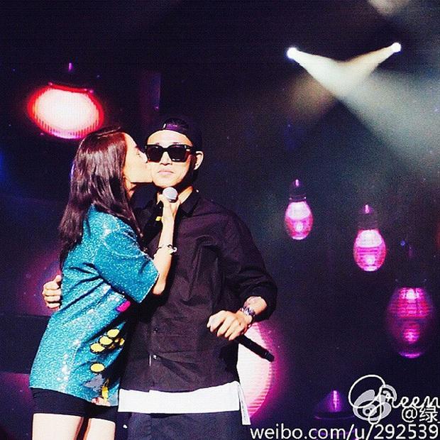Các cặp đôi hot nhất Running Man tình tứ công khai ở fanmeeting: Monday Couple đâu bằng Song Joong Ki - Kwang Soo - Ảnh 9.