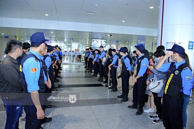 Dàn mỹ nhân LOONA xinh như búp bê, Zico kín mít, SNUPER thoáng mệt mỏi giữa biển fan bao vây sân bay Nội Bài - Ảnh 30.