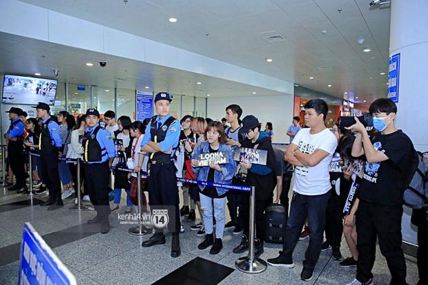 Dàn mỹ nhân LOONA xinh như búp bê, Zico kín mít, SNUPER thoáng mệt mỏi giữa biển fan bao vây sân bay Nội Bài - Ảnh 29.