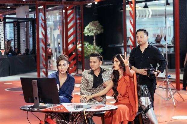 Hậu trường chưa từng có: Minh Tú ngồi bẹp xuống sàn thị phạm cho thí sinh Hoa hậu Hoàn vũ - Ảnh 1.