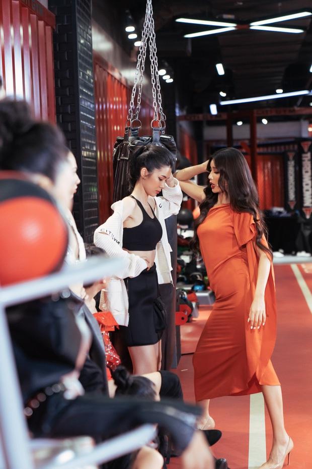 Hậu trường chưa từng có: Minh Tú ngồi bẹp xuống sàn thị phạm cho thí sinh Hoa hậu Hoàn vũ - Ảnh 3.