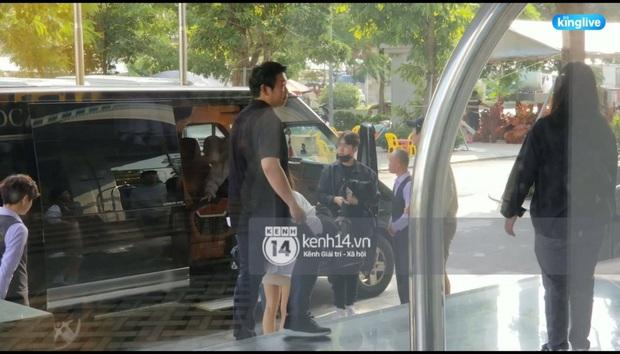 Độc quyền: LOONA và dàn idol được an ninh kèm chặt, 2 khách sạn lập rào chắn cực căng tránh fan náo loạn trước thềm AAA - Ảnh 12.