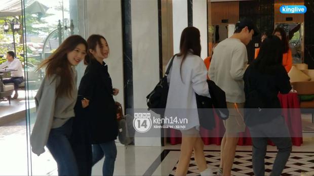 Độc quyền: LOONA và dàn idol được an ninh kèm chặt, 2 khách sạn lập rào chắn cực căng tránh fan náo loạn trước thềm AAA - Ảnh 9.
