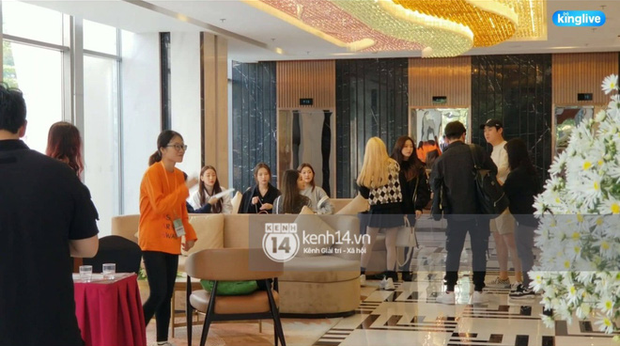 Độc quyền: LOONA và dàn idol được an ninh kèm chặt, 2 khách sạn lập rào chắn cực căng tránh fan náo loạn trước thềm AAA - Ảnh 10.