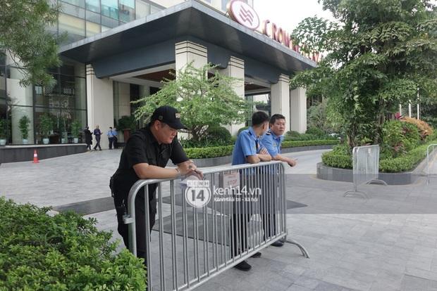 Độc quyền: LOONA và dàn idol được an ninh kèm chặt, 2 khách sạn lập rào chắn cực căng tránh fan náo loạn trước thềm AAA - Ảnh 17.
