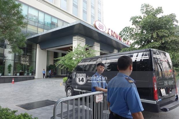 Độc quyền: LOONA và dàn idol được an ninh kèm chặt, 2 khách sạn lập rào chắn cực căng tránh fan náo loạn trước thềm AAA - Ảnh 13.