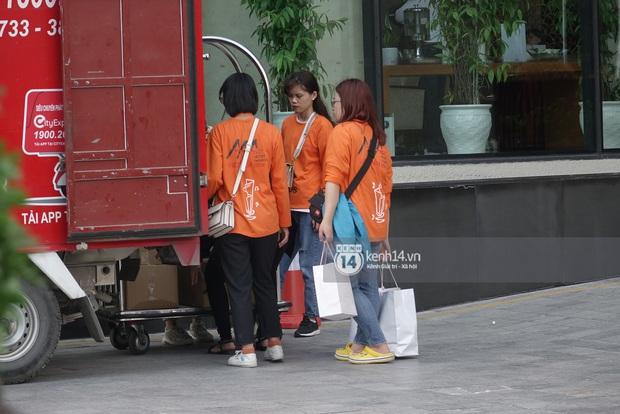 Độc quyền: LOONA và dàn idol được an ninh kèm chặt, 2 khách sạn lập rào chắn cực căng tránh fan náo loạn trước thềm AAA - Ảnh 14.
