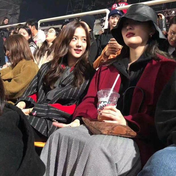 Đáng yêu: Jisoo (BLACKPINK) tám chuyện quên trời đất với Sunmi, Taeyeon cùng TWICE đồng loạt xuất hiện tại concert của Red Velvet - Ảnh 2.