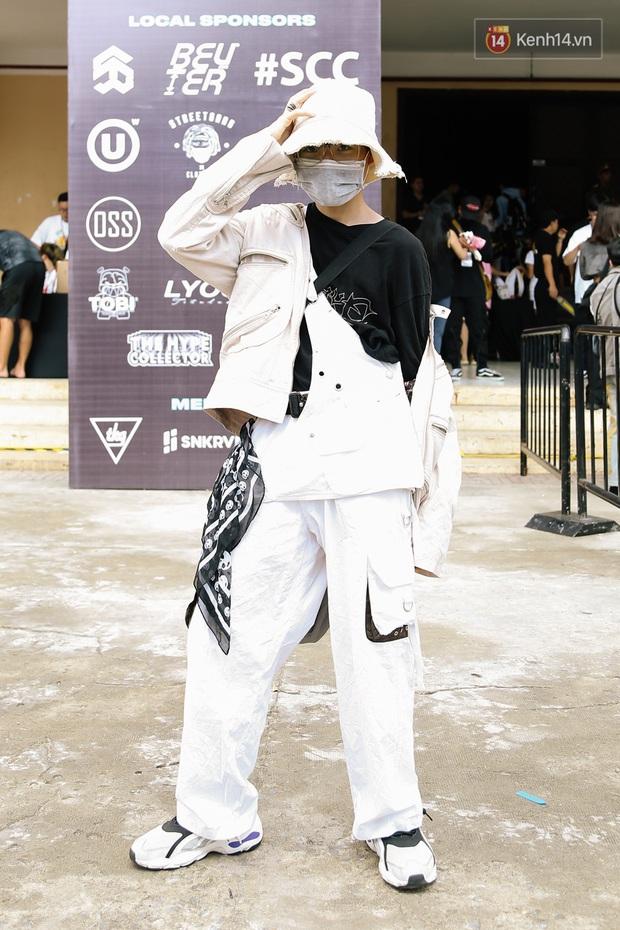 """Street style giới trẻ tại Sole Ex 2019: Không chỉ khoe giày """"chất"""", các bạn trẻ còn lên đồ siêu """"xịn"""", không thiếu ca cực chặt chém - Ảnh 10."""