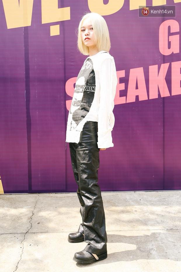 """Street style giới trẻ tại Sole Ex 2019: Không chỉ khoe giày """"chất"""", các bạn trẻ còn lên đồ siêu """"xịn"""", không thiếu ca cực chặt chém - Ảnh 3."""