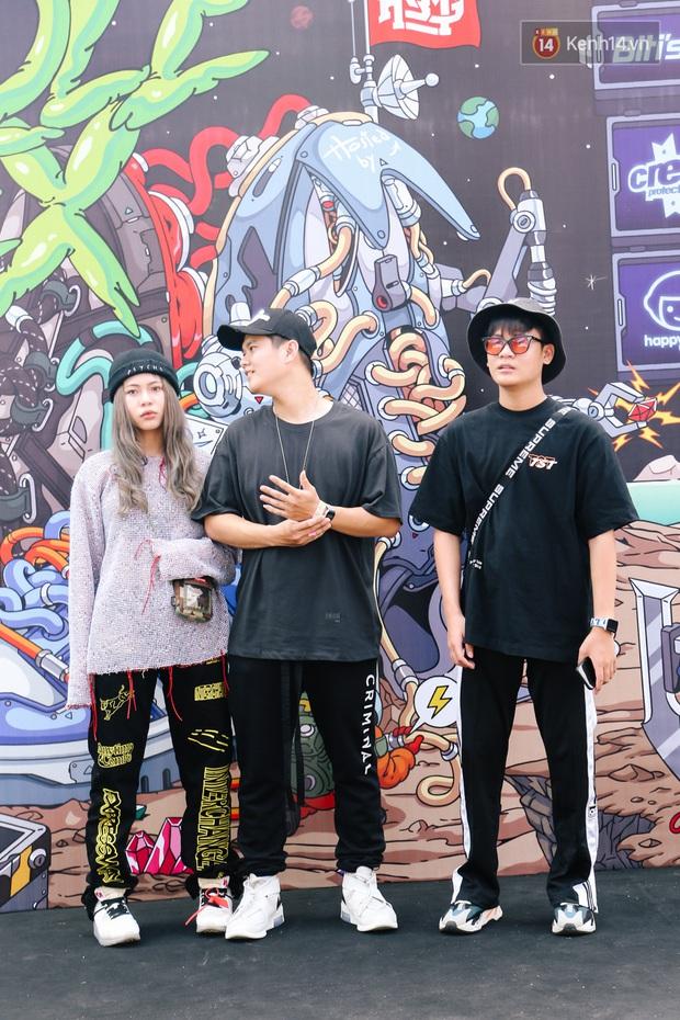 """Street style giới trẻ tại Sole Ex 2019: Không chỉ khoe giày """"chất"""", các bạn trẻ còn lên đồ siêu """"xịn"""", không thiếu ca cực chặt chém - Ảnh 6."""