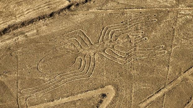 Bí ẩn chỉ thấy từ ảnh chụp vệ tinh: Một loạt hình vẽ siêu to khổng lồ nằm đột ngột giữa sa mạc Peru - Ảnh 1.