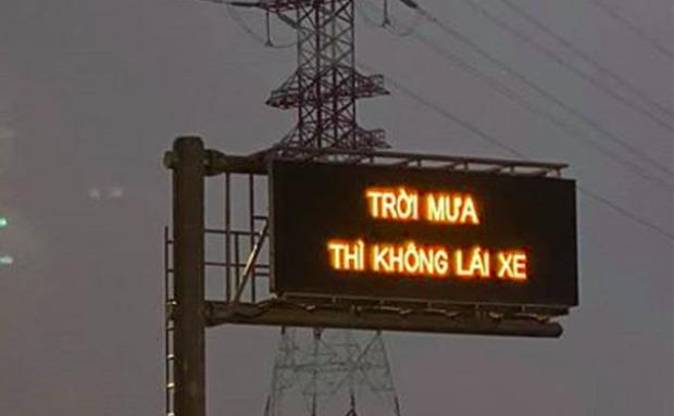 Dòng chữ Trời mưa thì không lái xe trên cao tốc Long Thành khiến tài xế hoang mang - Ảnh 1.