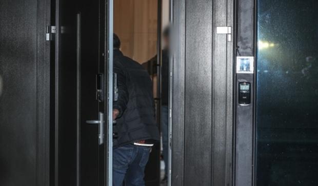 Hình ảnh mới nhất tại nhà riêng của Goo Hara: Cảnh sát vào bên trong khám nghiệm tử thi, triệu tập thêm người có liên quan - Ảnh 2.
